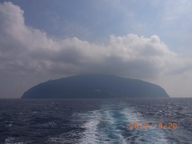 お椀を伏せた形の御蔵島。人口300人